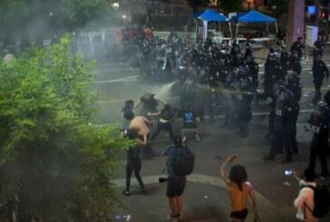 Trump'ı protestoya biber gazı