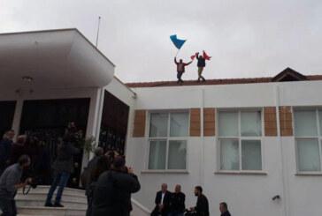 Afrika'ya yumurta, Meclis çatısına bayrak