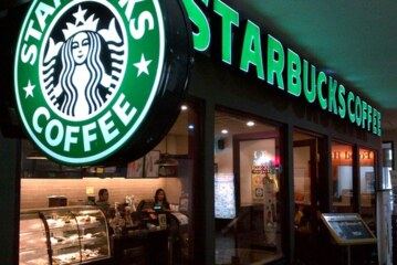 """Starbucks, 8 bin mağazasını """"Irkçılık"""" eğitimi için kapatacak"""