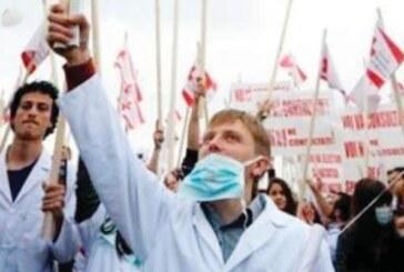 Romanya'da sağlık çalışanları sokaklara döküldü