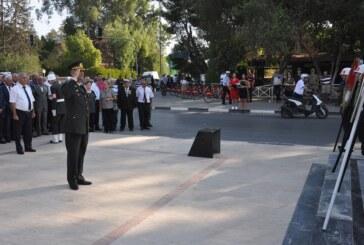 Gaziler Günü dolayısıyla Lefkoşa Atatürk Anıtı önünde tören