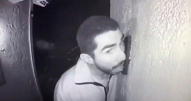 ABD Polisi, 3 saat boyunca kapı zilini yalayan adamı arıyor
