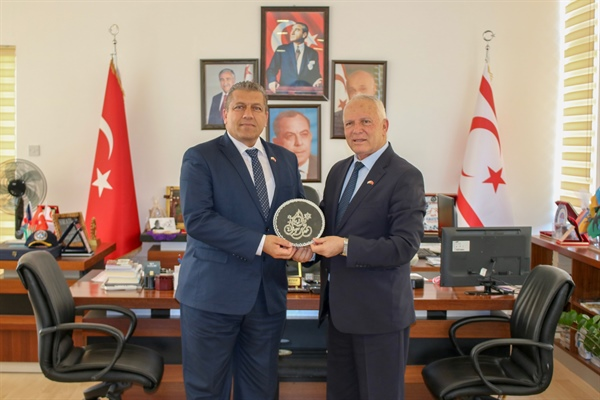 Zorlu Töre, Gazimağusa Belediye Başkanı İsmail Arter'i ziyaret etti