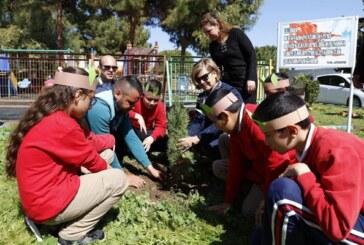 """Meral Akıncı,""""Okuma ve Ağaç Bayramı"""" etkinliğine katılarak, çocuklarla fidan dikti"""