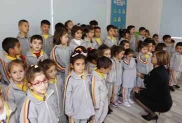 Meral Akıncı, Portakal Çiçekleri Anaokulu'nu ziyaret ederek, öğrencilere selvi fidanı dağıttı