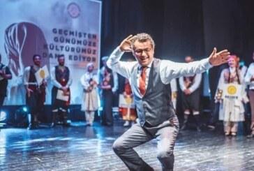 Başbakan Erhürman sahneye çıktı, erkek karşılama oyununu oynadı