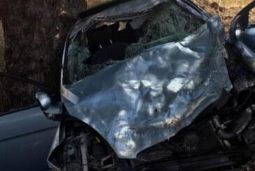 Araç içinde sıkışan sürücüyü itfaiye ekipleri çıkardı.8 yaşındaki çocuk ağır yaralı
