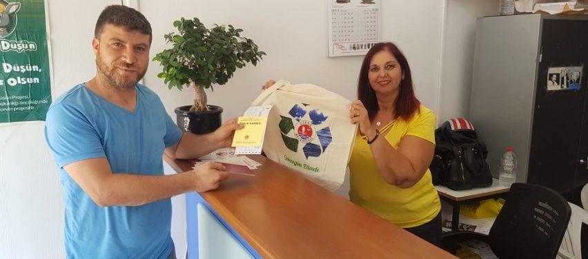 Girne Belediyesi, belediye veznelerine ödeme yapan vatandaşlara bez çanta veriyor
