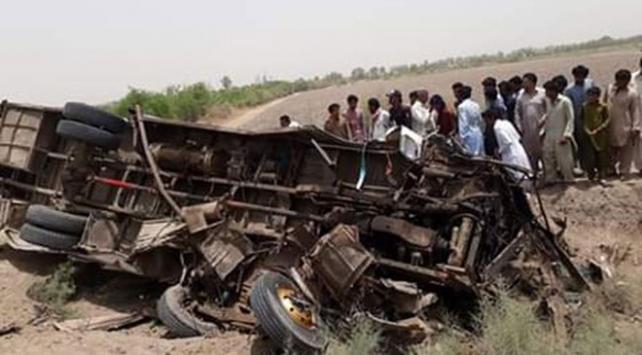Pakistan'da otobüs ile rikşov çarpıştı: 11 ölü, 22 yaralı