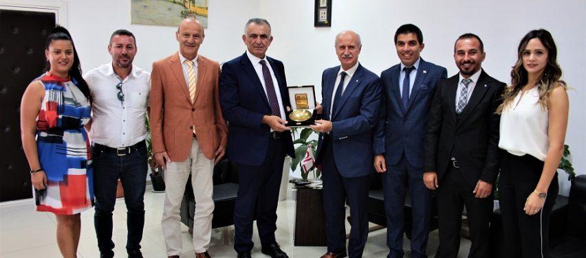 Bakan Çavuşoğlu, Türkiye Üniversite Sporları Federasyonu Başkanı Kemal Tamer'i kabul etti