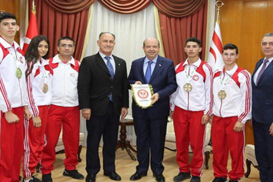 Başbakan Tatar, Kickboks Federasyonu Başkanı Niyazi Demirel ve sporcuları kabul etti