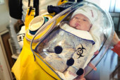 Çinli baba bebeğini koronavirüsten korumak için kapsül geliştirdi