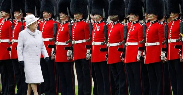 Sarayda 9 çanta uyuşturucu…. Kraliçe Elizabeth'in muhafızı uyuşturucudan tutuklandı