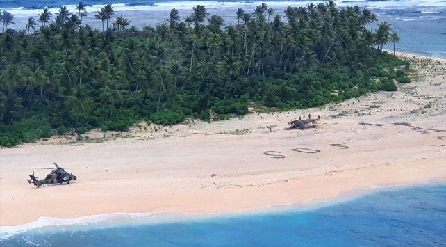 Pasifik'teki kayıp denizciler, kumsala yazdıkları 'SOS' mesajıyla kurtuldu