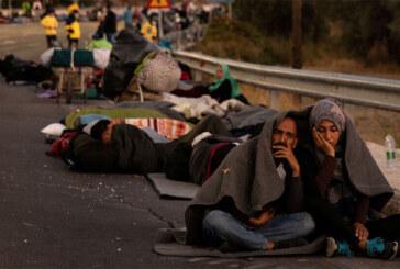 Midilli'deki Moria kampının yanmasının ardından sığınmacılar iki gecedir sokakta yatıyor