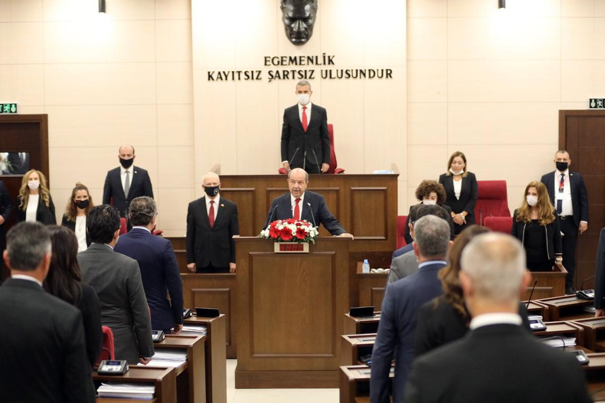 Cumhurbaşkanı Tatar'ın andı okumasını Genel Kurul'da bulunanlar ayakta dinledi