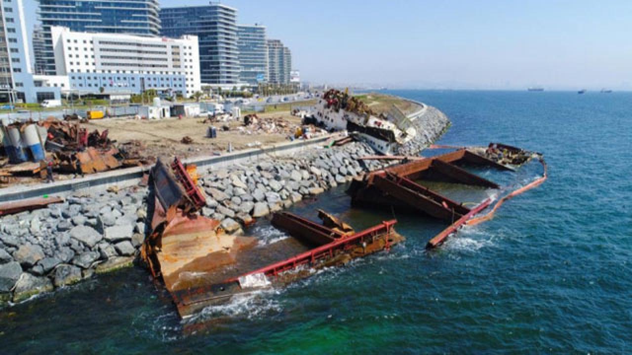 Dev gemi su altında sökülüyor