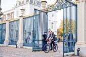 Başbakan, kralın sarayına bisikletiyle gitti