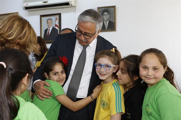 Cumhurbaşkanı Akıncı ve eşi, Şehit Ertuğrul İlkokulu'nda kitap dağıttı