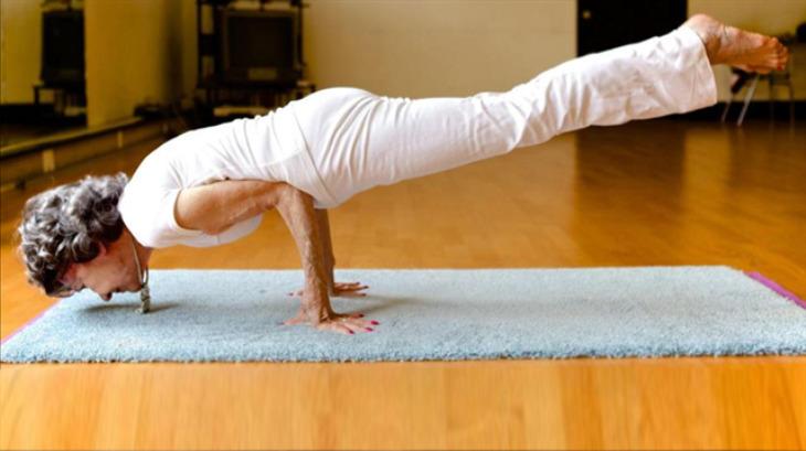100 yaşındaki yoga eğitmeni ders vermeye devam ediyor