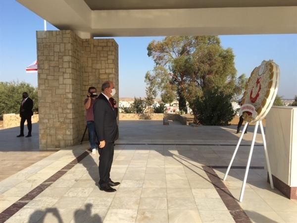 Cumhurbaşkanı Ersin Tatar, Dr. Fazıl Küçük'ün  Anıt Kabrine çelenk sundu