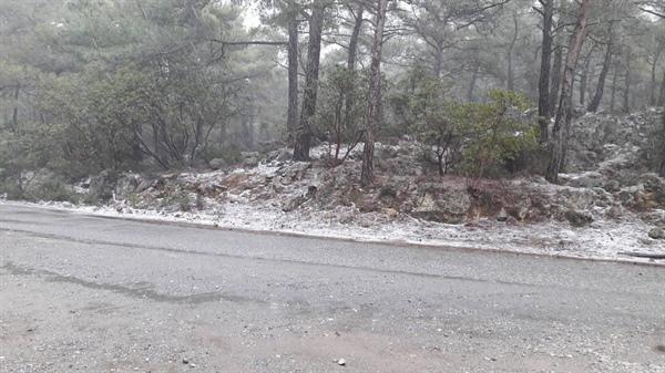 Dağlık kesimlere kar yağdı