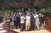 Pakistan meclisinde milletvekilleri birbirine girdi! O anlar kamerada