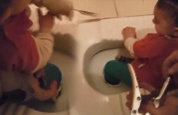 Ayağı tuvalet deliğine sıkışan çocuğu itfaiye kurtardı